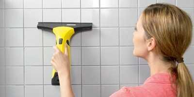 WV50 Plus limpando_azulejos_com_aspirador_de_vidro_karcher